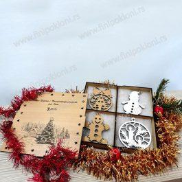 Poklon kutija sa ukrasima za jelku
